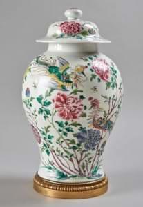 """Vāze ar vāku, """"Rozā ģimene"""". Ķīna, Čeņluņ perioda sākums, 1736. - 1795. g."""