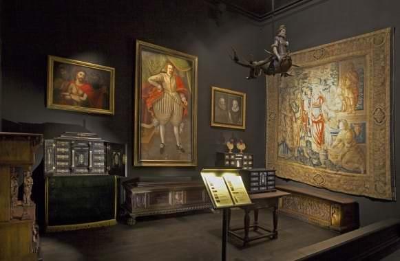 Ekspozīcijas pirmā telpa ar gotikas un renesanses stila priekšmetiem