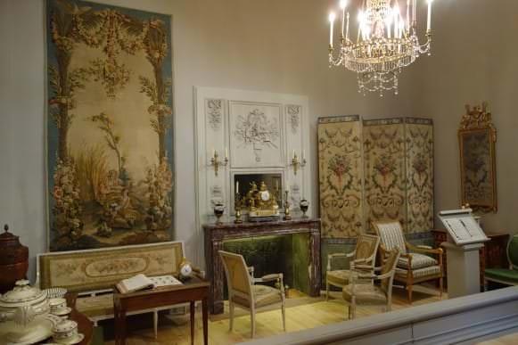Telpa ar klasicisma stila priekšmetiem