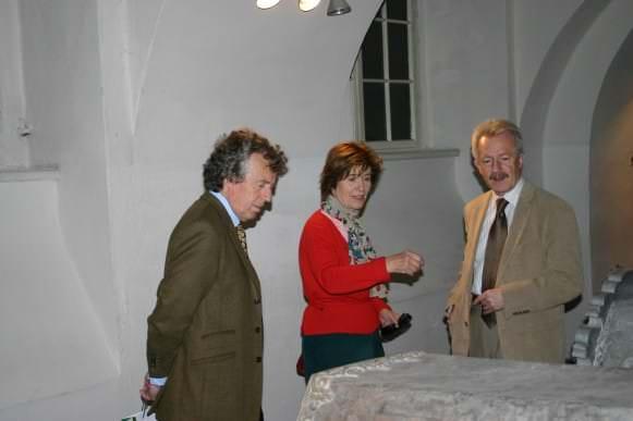 Kurzemes princis Ernsts Johans Bīrons ar kundzi Elizabeti un Rundāles pils muzeja direktors Imants Lancmanis, apmeklējot Kurzemes hercogu kapenes