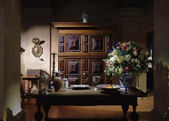 Priekšplānā galds no Rundāles muižas (Kurzeme, 18. gs. sākums), dziļumā Holandes skapis (17. gs. 3. cet.) un Kurzemē darināts sienas svečturis blakers (17. gs. beigas)