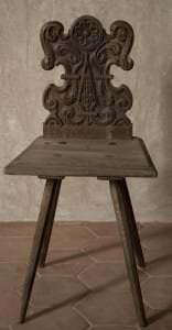 """Krēsls ar kokgriezuma atzveltni (t. s. """"zemnieku krēsls""""). Kurzeme, 17. gs. 1. puse"""