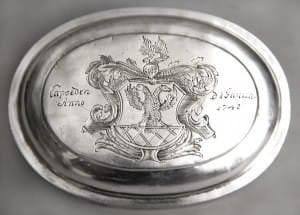 Oblātu kārbiņa ar gravētu fon der Brigenu ģerboni. Kurzeme, Liepāja, Johans Dīdrihs Romanovskis, 1748