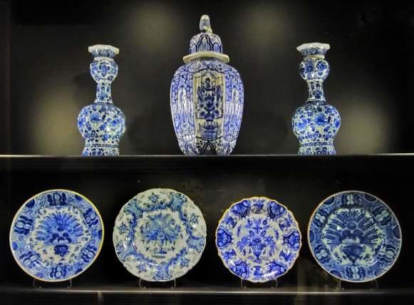 Fajansa vāzes un šķīvji ar pāva motīvu. Holande, Delfta, dažādas darbnīcas, 18. gs.