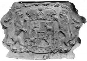 Kurzemes hercoga Ferdinanda sarkofāga galvgaļa plāksne ar Kurzemes-Zemgales ģerboni, gājusi bojā. 1934. gada fotogrāfija