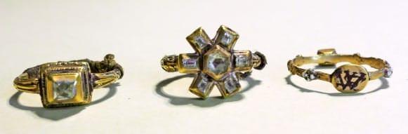 Hercogienes Sofijas gredzeni. Labajā malā - hercoga Vilhelma un Sofijas saderināšanās gredzens ar iniciāļiem 'WS'