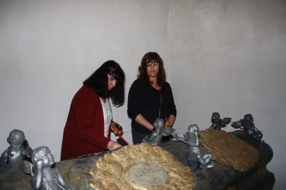 Restauratores Aina Balode un Agita Behmane darbā pie hercogienes Sofijas Amēlijas sarkofāga