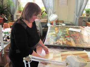 Restauratore Z.Sokolova gleznas restaurācijas procesā