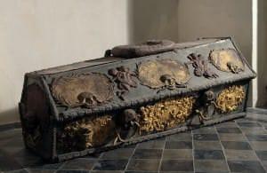 Prinča Leopolda Kārļa sarkofāgs. Gala plāksne ar Kurzemes-Zemgales un Brandenburgas-Prūsijas ģerboni gājusi bojā