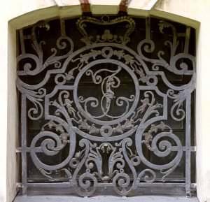 Kapeņu loga režģis ar hercoga Ernsta Johana iniciāļiem