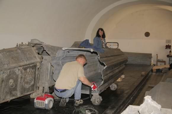 Rundāles pils muzeja Restaurācijas nodaļas vadītāja Aina Balode un speciālists Arvis Druviņš pie hercoga Ferdinanda sarkofāga