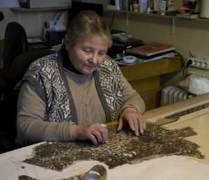 Vecmeistare Daira Līdaka restaurē hercoga Frīdriha Kazimira tērpu