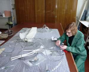 Restauratore - vecmeistare Maija Baņķiere restaurē lustru