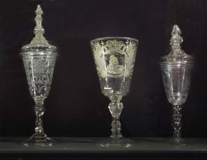 Stikla kausi ar gravējumu. Vidū - kauss ar Krievijas ķeizarienes Annas Joanovnas portreta gravējumu. Krievija, Sanktpēterburgas stikla rūpnīca, 18. gs. 30. gadi