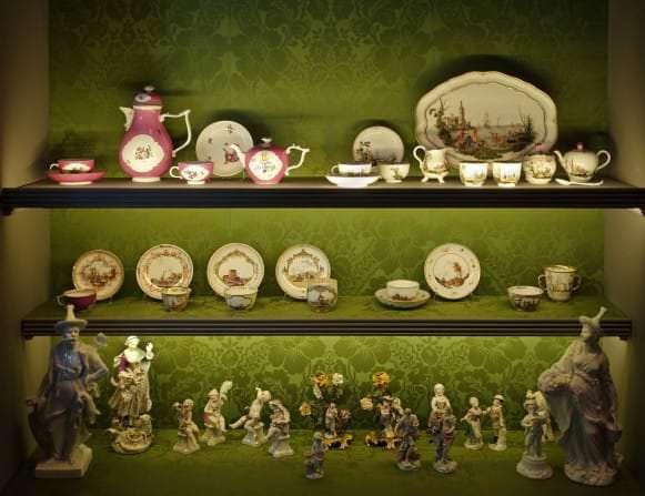 Vitrīna ar Meisenes porcelāna izstrādājumiem