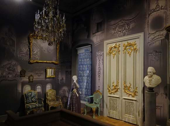 Vīzija par rokoko. Telpas centrā - durvis un krēsls no Svētes pils. Kurzeme, ap 1775