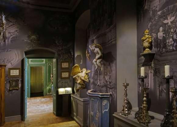 """""""Vīzija par rokoko"""" ar baznīcu mākslas priekšmetiem un skats uz nākamo telpu"""