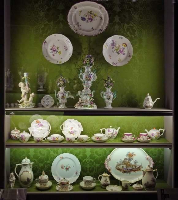 Rokoko stila porcelāna kabinets. Meisenes un Berlīnes manufaktūru izstrādājumi
