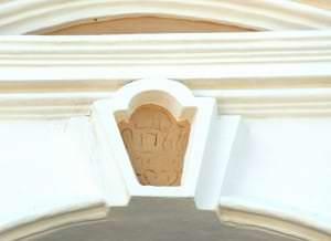 Schlussstein des Fensters mit dem Datum an der Fassade
