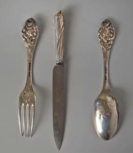 Dakša, nazis, karote no divpadsmit personām domāta galda piederumu komplekta. Sudrabs, tērauds. Vācija. 18.gs. 2.puse