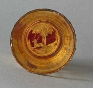 Glāzes pamatne. Kristālstikls, rubīnstikls, zeltījums. 18.gs.