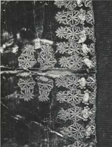 Hercoga Vilhelma mēteļa piedurknes fragments ar mežģīņu aplikācijām un podziņām