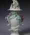 Smaržu vāze – popurijs ar gliemežnīcas un ziedu viju reljefu un polihromu gleznojumu. Anglija, Londona, Čelsijas-Derbijas porcelāna manufaktūra, 1765–1775. RPM kolekcija, RPM 10357