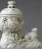 Baltā porcelāna smaržu vāze – popurijs ar suņa figūriņu. Francija, Senklū porcelāna manufaktūra, līdz 1766. RPM kolekcija, RPM 11489